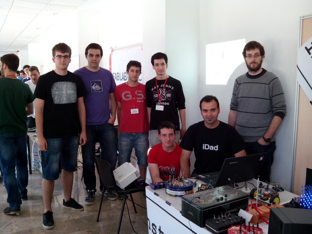 Professors i alumnes de l'espai make a la Maker Faire de València